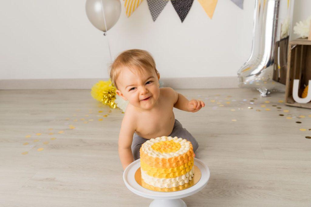 idee-cadeau-bebe-un-an-photographe-anniversaire-yvelines-jaune-gris