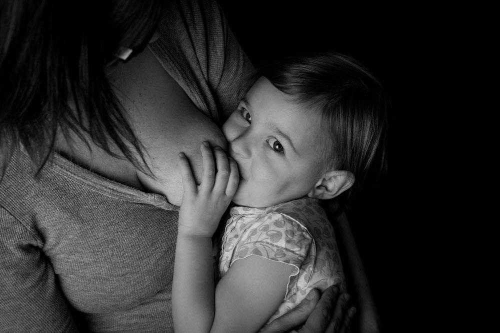 photographe allaitement noir et blanc Yvelines 78
