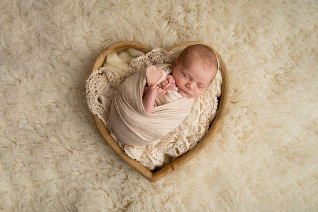 photographe-yvelines-78-naissance-bebe-coeur-naturel