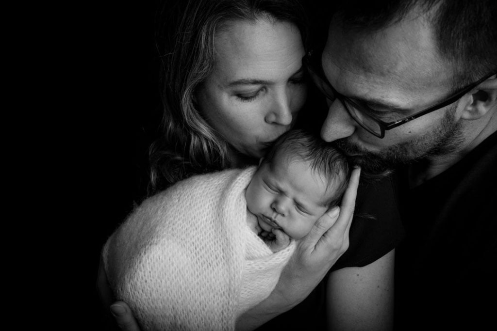photographe dans les Yvelines 78 naissance de bébé avec papa et maman