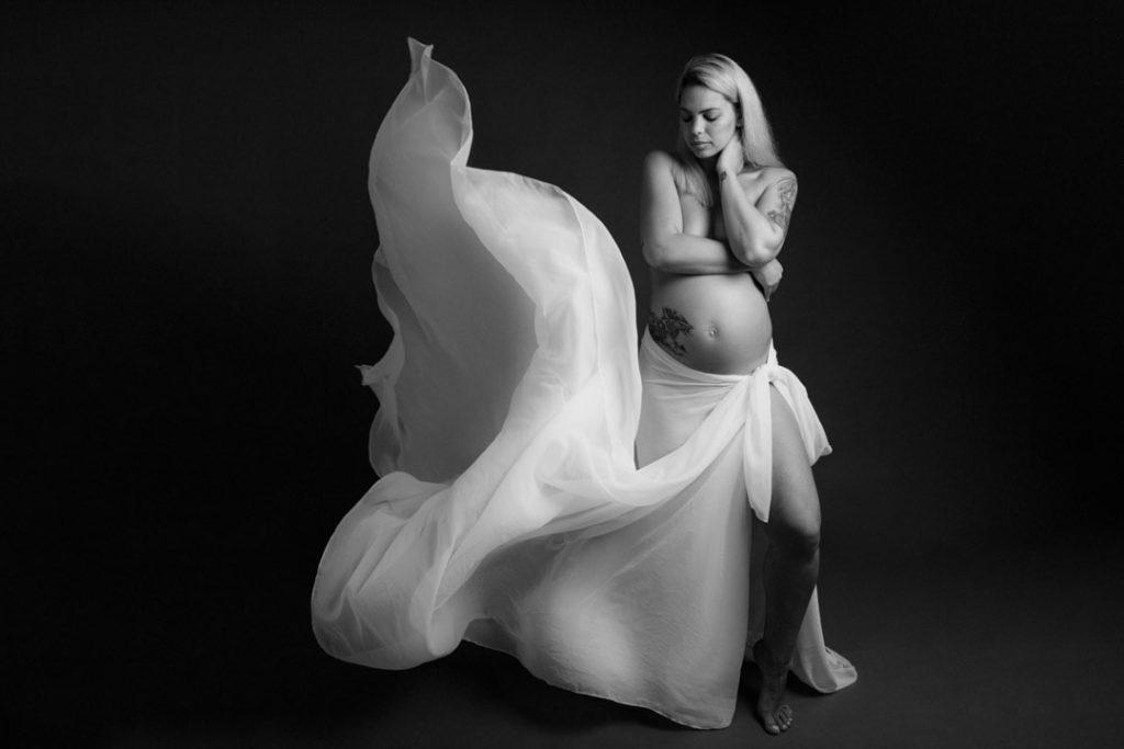 séance photo grossesse avec une photographe artistique et en noir et blanc dans les Yvelines 78