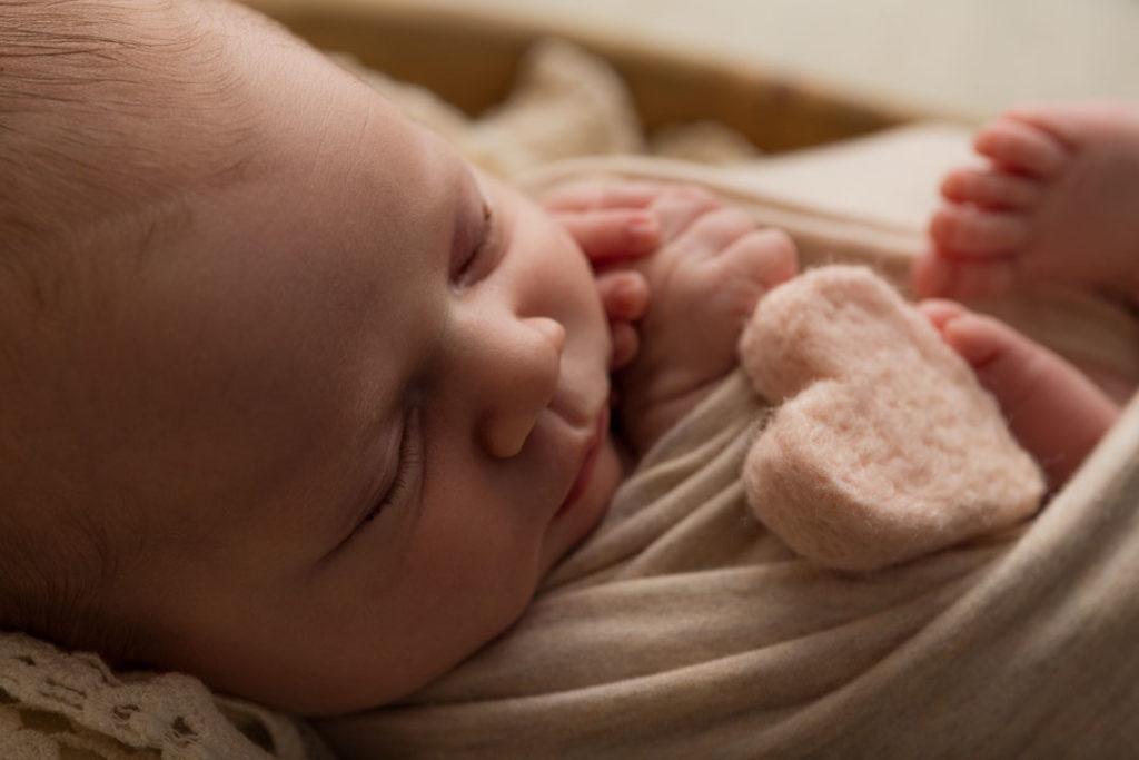 shooting photo de bébé dans les Yvelines 78 avec un coeur
