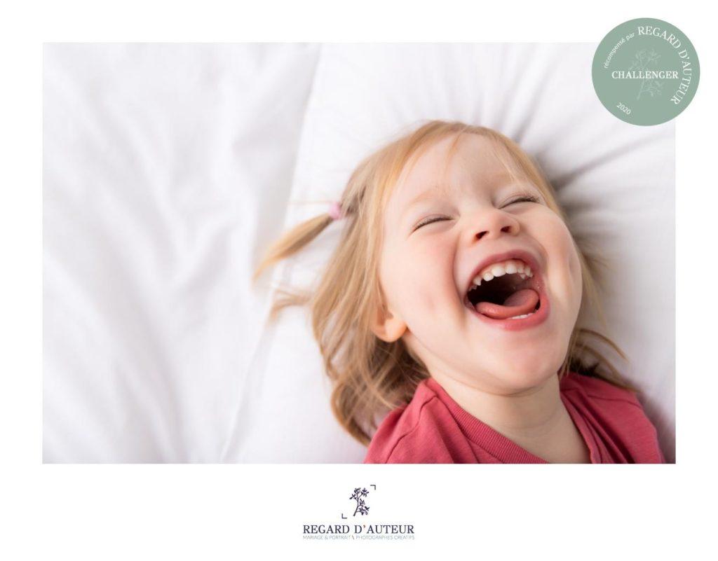 séance photo avec bébé souriant dans les Yvelines